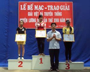 Đồng chí Đinh Văn Ổn, Tổng Biên tập Báo Hoà Bình, Trưởng BCĐ Giải việt dã truyền thống Cúp Báo Hoà Bình mở rộng lần thứ XX năm 2011 trao giải nhất, nhì, ba cho các đội đạt giải đồng đội nữ chính.