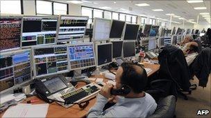 Lệnh cấm bán khống cổ phiếu được đưa ra nhằm siết chặt thị trường cổ phiếu.
