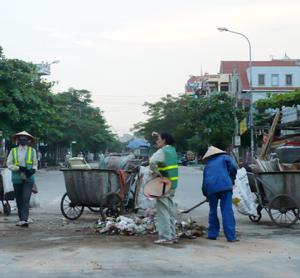 Xã viên HTX TTCN&VSMT Tân lạc tiến hành thu gom rác thải trên địa bàn thị trấn Mường Khến.