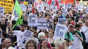 Người dân London biểu tình hôm 13-8 để ủng hộ đối tượng thanh niên gặp nhiều khó khăn trong cuộc sống - Ảnh: Reuters