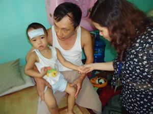 Cán bộ đoàn giám sát kiểm tra các dấu hiệu bệnh  trên người bệnh nhân tại tổ 19, phường Tân Thịnh.