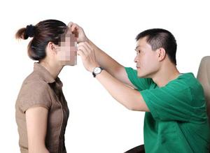 Bác sĩ - Thạc sĩ Nguyễn Thành Hải (bên phải)