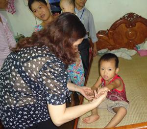 Giám sát bệnh chân – tay – miệng tại nhà chị Vì Thị hương, tổ 10, Tân Hòa, TPHB  ( ảnh: Hồng Dung - TTV)