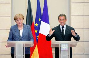 Thủ tướng Đức A. Merkel (trái) và Tổng thống Pháp N. Sarkozy trong cuộc họp báo chung tại Điện Elyse.