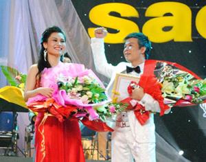 Thí sinh Vũ Thắng Lợi (phải) và Đào Thị Tố Loan trong đêm chung kết thính phòng Sao Mai 2011.