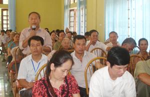Ông NGuyễn Trọng Thể, thị trấn Cao Phong phản ánh những thiếu sót, bất cập trong thực hiện chính sách BHYT cho người nghèo và đối tượng chính sách nhân dịp Đoàn ĐBQH tỉnh khóa XII tiếp xúc cử tri tại Cao Phong.