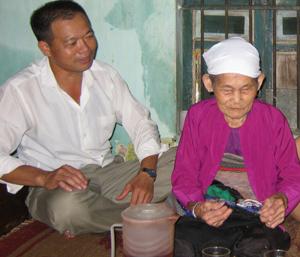 Mẹ Việt Nam Anh hùng Nguyễn Thị Mêng  bên cháu nội Nguyễn Văn Viện.