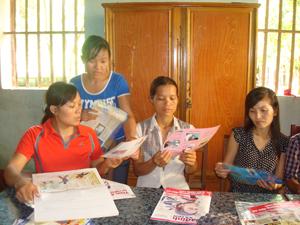 Chị em phụ nữ xã Vạn Mai thường xuyên được tuyên truyền nâng cao kiến thức về CSSKSS-KHHGĐ.