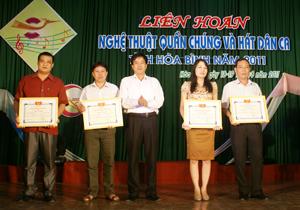 Ban tổ chức trao giải A toàn đoàn cho 4 dội xuất sắc.