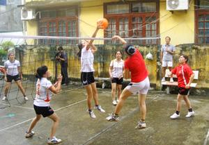 Trận giao hữu bóng chuyền mềm giữa 2 đội nữ bờ trái- bờ phải sông Đà.