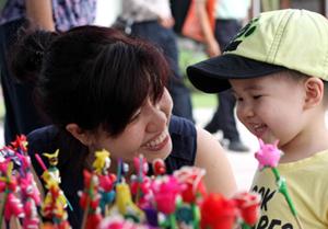 Thường xuyên trò chuyện với trẻ là phương pháp quan trọng nhất để trẻ phát huy tốt khả năng ngôn ngữ của mình.