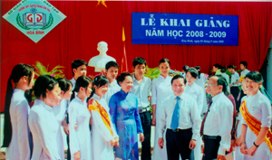 Đồng chí Bùi Văn Tỉnh, Chủ tịch UBND tỉnh trò chuyện với thầy và trò trường THPT chuyên Hoàng Văn Thụ.