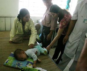 Đoàn giám sát đang kiểm tra các vết bọng nước của bệnh nhân tại Bệnh viện đa khoa huyện Tân Lạc