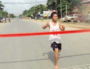 VĐV Hoàng Văn Tiệp (xã Hợp Hoà) về đích thứ nhất ở nội dung nam chính 5 km.