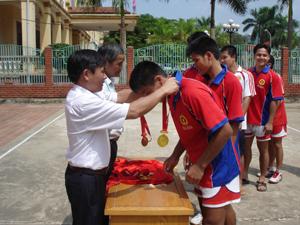 Ban tổ chức trao huy chương vàng cho đội bóng chuyền Công an tỉnh- đội vô địch các đội mạnh năm 2011.