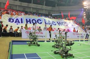 Khán giả cổ vũ nhiệt tình cho đội Robocon Lạc Hồng trong đêm chung kết.
