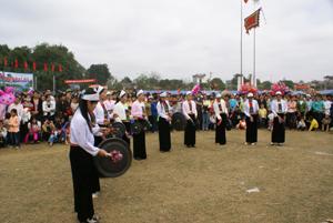 Xã Phong Phú (Tân Lạc) duy trì thường xuyên các đội văn nghệ quần chúng và tổ chức nhiều buổi biểu diễn văn nghệ phục vụ nhân dân trong xã.