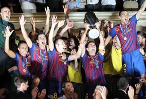 Các cầu thủ Barca vui mừng trên bục vinh quang.