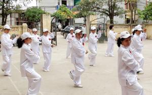Hội viên CLB Hưu trí thành phố Hòa Bình thường xuyên luyện tập dưỡng sinh rèn luyện sức khoẻ. (Ảnh: H.D)