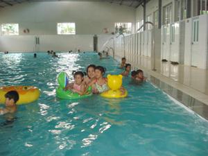 Khu du lịch suối khoáng (Kim Bôi) được đầu tư nâng cấp để thu hút đông đảo khách du lịch đến tham quan nghĩ dưỡng.