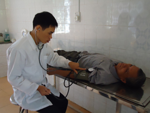 Cán bộ Trạm y tế xã Mỹ Hòa (Tân Lạc) khám bệnh tăng huyết áp cho người cao tuổi.