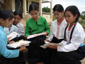 Học sinh trường tiểu học Tu Lý (Đà Bắc) trong niềm vui nhận giấy khen của nhà trường cho thành tích học tập của năm học 2011 - 2012.
