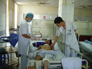 Đoàn viên công đaòn Bệnh viện Đa khoa tỉnh tích cực nêu cao tinh thần chăm sóc bệnh nhân.