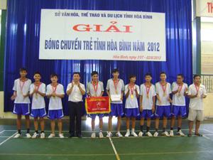 BTC trao giải nhất cho đội tuyển bóng chuyển nam huyện Yên Thủy.