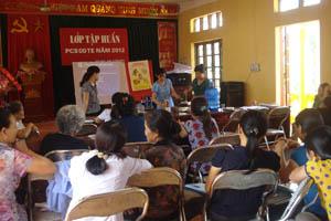 Các y tế thôn bản thực hành dinh dưỡng tại lớp tập huấn.