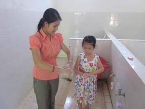 Giáo viên trường MN Sao Sáng – thị trấn Cao Phong hướng dẫn trẻ vệ sinh cá nhân để phòng bệnh TCM.