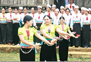 Phụ nữ xã Ngọc Mỹ (Tân Lạc) tích cực tham gia các hoạt động văn hóa, văn nghệ góp phần nâng cao đời sống tinh thần.