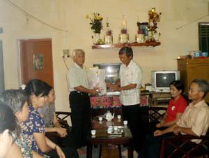 Đồng chí Trịnh Quốc Tuấn, Phó Chủ tịch UBND thành phố Hòa Bình tặng quà gia đình ông Đặng Thanh Thìn, tổ 5, phường Thái Bình.