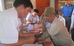 Bác sĩ của chi đoàn Bệnh viện đa khoa khám bệnh cho người cao tuổi xã Văn Nghĩa.