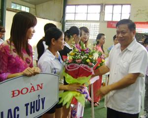 Đồng chí Hoàng Việt Cường, Bí Thư Tỉnh ủy trao hoa và cờ lưu niệm cho các đoàn VĐV tham gia giải.
