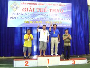 Đ/c Bùi Văn Cửu, Phó Chủ tịch TT UBND tỉnh trao huy chương và cúp cho các VĐV đạt giải cao tại nội dung đôi nam tennis 46 tuổi trở lên.