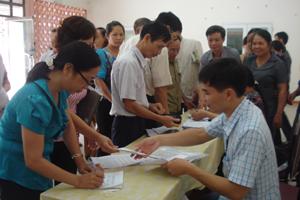 Nhân dân TP Hòa Bình nộp phiếu bình chọn biểu tượng cho ban tổ chức.