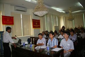Quang cảnh buổi tập huấn về ATVSLĐ cho lãnh đạo, công nhân viên lao động Công ty CP Đầu tư Năng lượng xây dựng thương mại Hoàng Sơn.