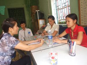 Cán bộ chuyên trách dân số xã Mai Hịch (Mai Châu) báo cáo kết quả thực hiện nhiệm vụ 6 tháng đầu năm 2012 với đoàn kiểm tra Chi cục DS/KHHGĐ.