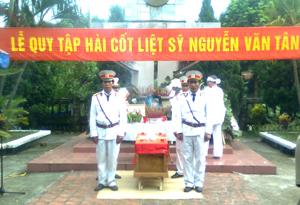 Lễ truy điệu liệt sỹ Nguyễn Văn Tân được tổ chức trọng thể tại nghĩa trang phường Thịnh Lang.