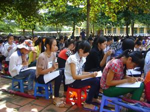 Học sinh trường THPT Đoàn Kết (xã Đông Lai – Tân Lạc) điền phiếu thăm dò.