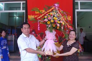 Đồng chí Nguyễn Văn Quang, Phó Bí thư TT Tỉnh ủy, Chủ tịch HĐND tỉnh tặng hoa chúc mừng khai trương phòng khám.