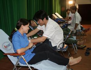 Đoàn viên thanh niên thành phố Hòa Bình tham gia hiến máu tình nguyện.