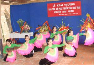 Lời ca, điệu múa dân tộc Thái được lớp trẻ ở Chiềng Châu (Mai Châu) trân trọng lưu giữ.