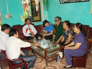 Thăm gia đình thương, bệnh binh nặng Nguyễn Văn Nghi (quê Kỳ Sơn) tại trung tâm điều dưỡng thương bệnh binh nặng Duy tiên Hà Nam.