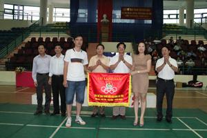 Ban tổ chức giải thể thao tuổi trẻ báo Đảng 4 tỉnh năm 2012 tại Yên Bái trao cờ luân lưu tổ chức giải năm 2013 cho Chi đoàn thanh niên Báo Phú Thọ.