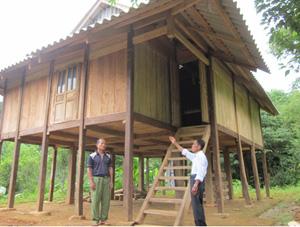 Ngôi nhà đại đoàn kết mà hộ ông  Đinh Văn Chừng  (đứng bên trái) vừa mới dọn về ở.