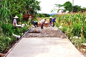 Nông dân xóm Khang Mời, xã Yên Mông (TPHB) đóng góp ngày công, vật liệu làm đường GTNT theo tiêu chí NTM.
