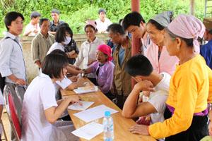 Bà con xã Bắc Sơn (Tân Lạc) đã đến từ sớm để được các y, bác sỹ đoàn tình nguyện khám, cấp thuốc.