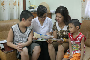 Đặng Thị Thuý Hồng (thứ 2 từ trái sang) tuyên truyền chính sách DS- KHHGĐ tại tổ 3, phường Thái Bình (TPHB).