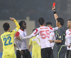 Trọng tài vẫn là vấn đề nổi cộm ở V-League 2012